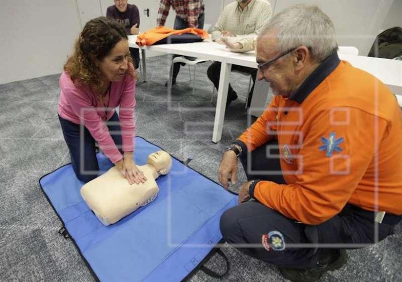 Un sanitario ofrece a una mujer formación en resucitación cardiopulmonar y primeros auxilios. EFE