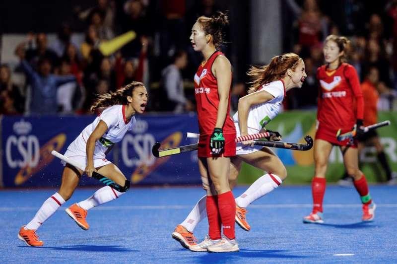 Las jugadoras de la selección española Begoña García (d) y Marta Segu (i) celebran un gol en el polideportivo Virgen del Carmen - Beteró. EFE/Archivo
