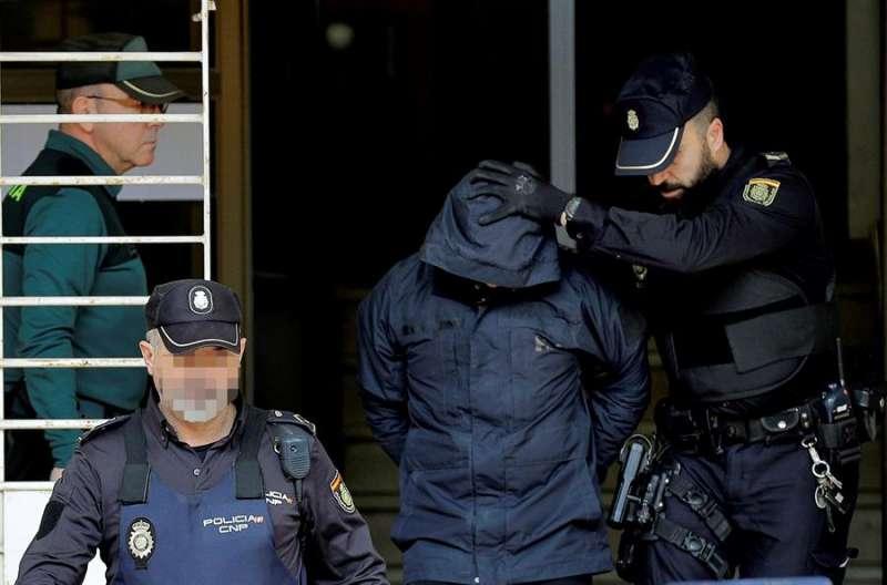 El autor confeso del crimen de Manuel, Jorge Ignacio P. a su salida de los juzgados de Alzira. EFE