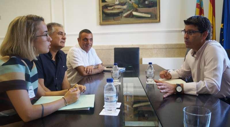 El presidente de la Diputación con los responsables de Vinalesa.