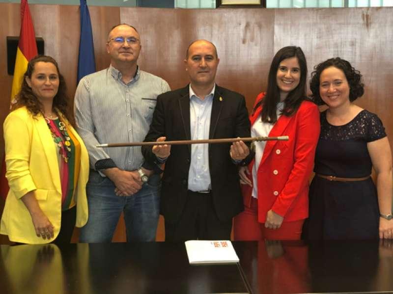 Gómez, con sus compañeros del PSOE en la investidura. EPDA
