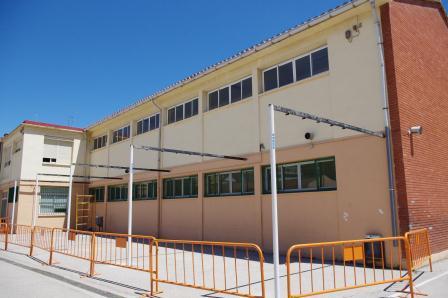 Montaje del sombraje en el colegio Gregori Mayans. FOTO: EPDA.