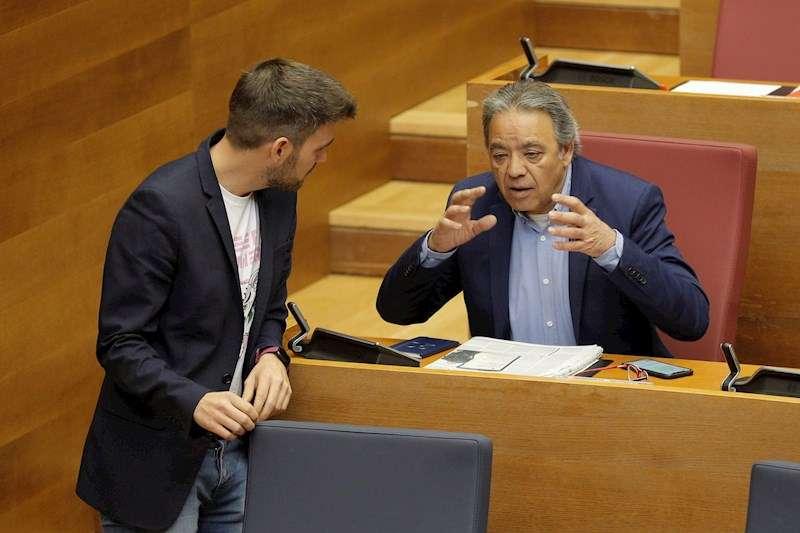 El portavoz socialista en Les Corts, Manolo Mata, conversa con el de Compromís, Fran Ferri, durante el pleno de este miércoles. EFE