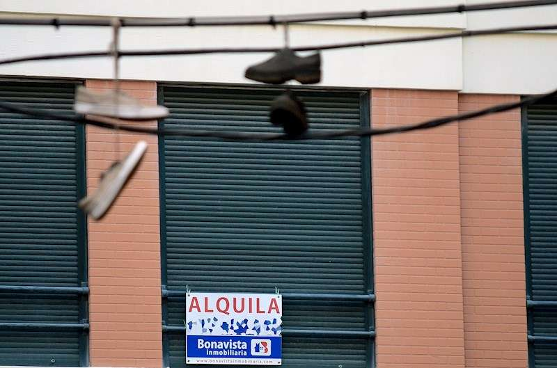 En la imagen, un cartel que ofrece un alquiler en València. EFE