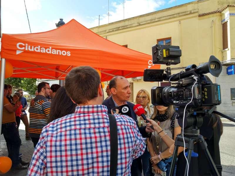 El número 2 de Ciudadanos al Congreso por la provincia de Valencia, Vicente Ten, en su visita a Godella.