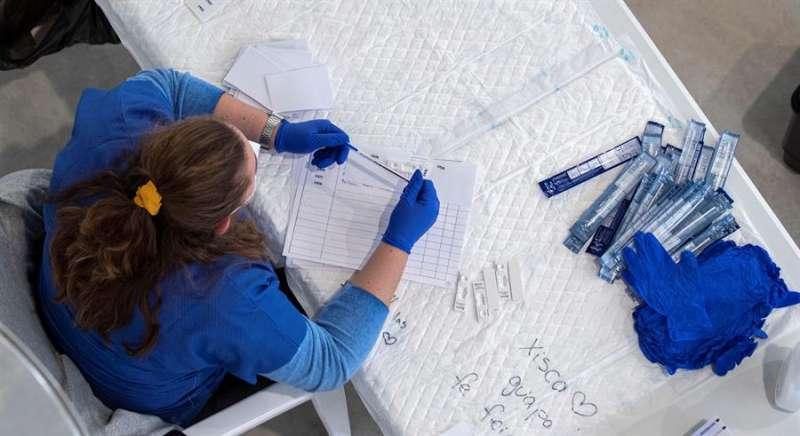 Una sanitaria, en un cribado para detectar casos de covid 19