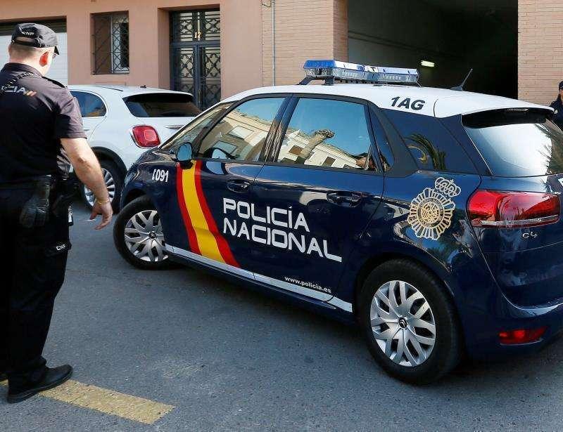 Vehículo y agente de la Policía Nacional