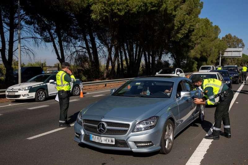 Un agente de la Guardia Civil de Tráfico conversa con un conductor durante un control dentro de la labores de vigilancia del cierre perimetral. EFE/Archivo