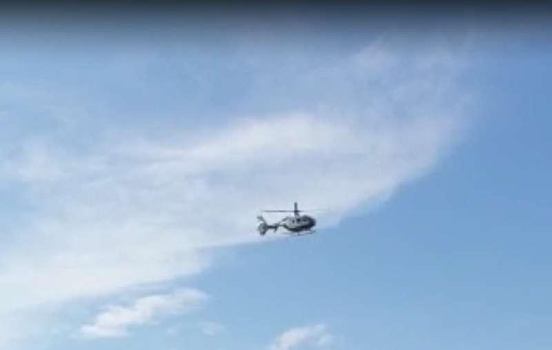 Helicóptero de la Guardia Civil sobrevolando Gilet. EPDA