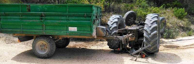 Tractor volcado. Archivo