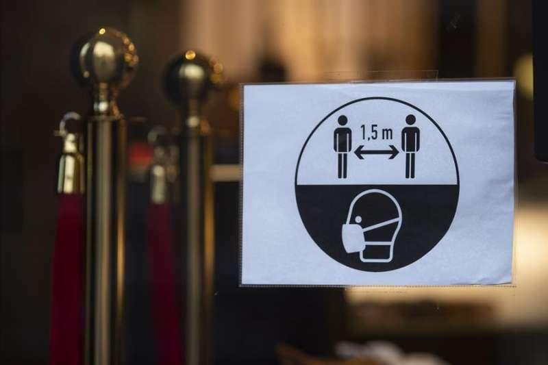 Cartel que apunta la obligatoriedad de ponerse mascarilla. EFE