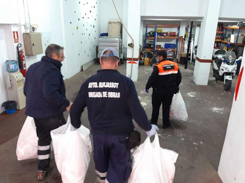 Voluntarios cargan mascarillas. EPDA
