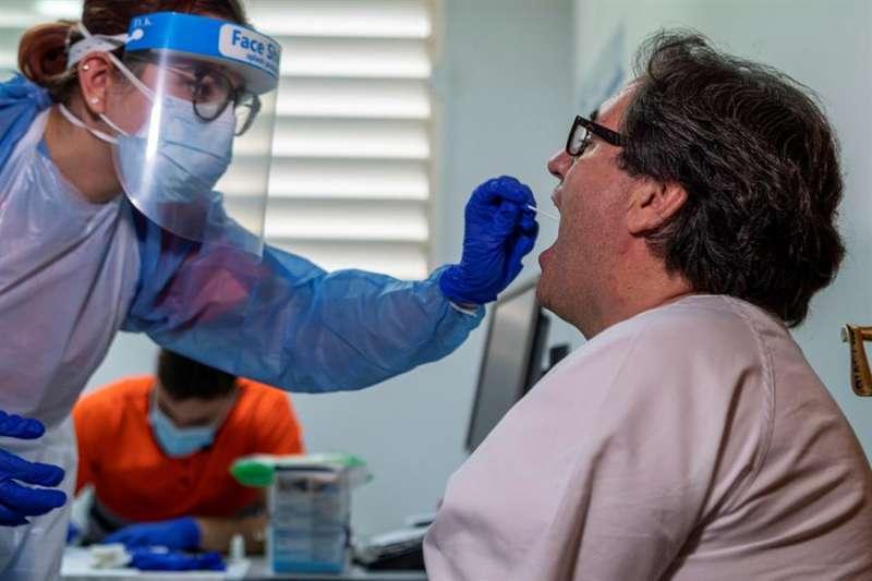 Un paciente se somete a la prueba PCR de detección del COVID-19. / EPDA