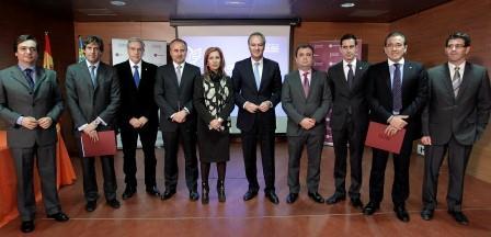 El President de la Generalitat, Alberto Fabra, y el conseller de Bienestar Social, Jorge Cabré, junto con dirigentes de Gandia, Manises, Paterna, Mislata, Ontinyent, Utiel, Sagunto y Aldaia. FOTO: EPDA.