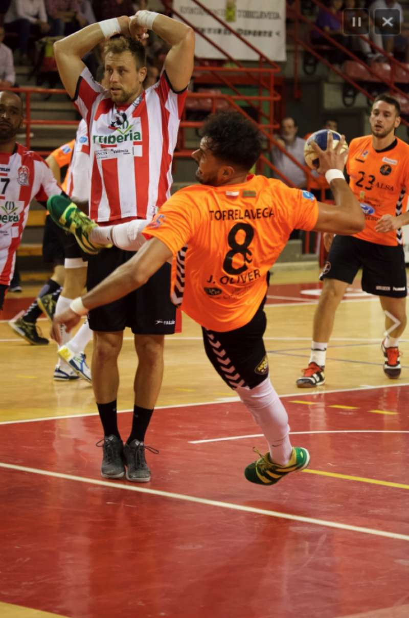 Lanzamiento del jugador de Torrelavega. EPDA