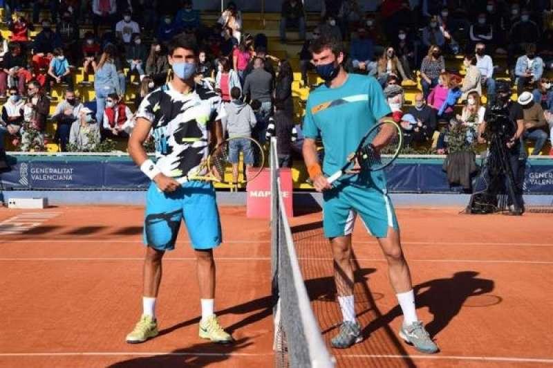 Carlos Alcaraz (dr) y Pedro Martínez posan antes de disputar la final, en una imagen cedida por la organización del Challenger JC Ferrero Villena. EFE./ EPDA