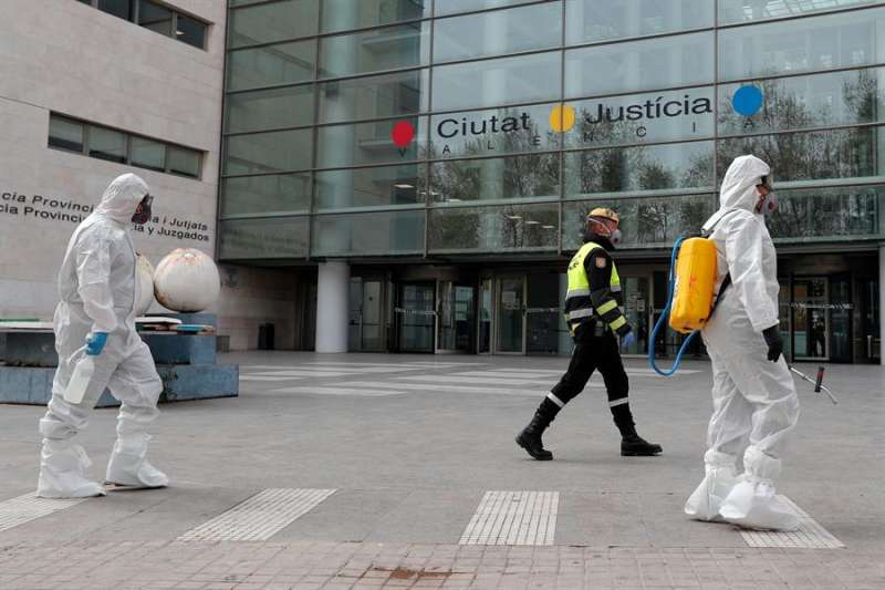 El 18 de marzo se procedió al desalojo de la Ciudad de la Justicia con urgencia para su desinfección (en la imagen, miembros de la UME). EFE/Kai Försterling/Archivo