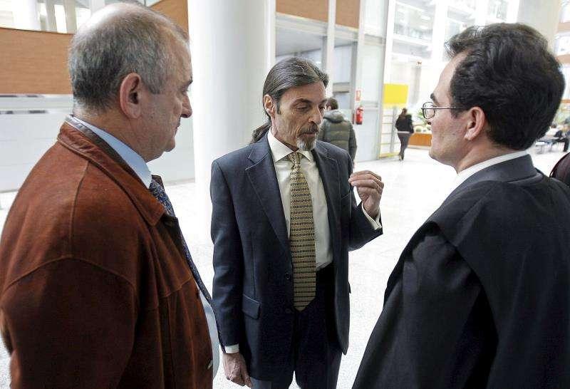 Fernando García (i), padre de unas de las tres niñas de Alcàsser (Valencia),conversa con el criminólogo Juan Ignacio Blanco (c), y su abogado Francisco Masset.