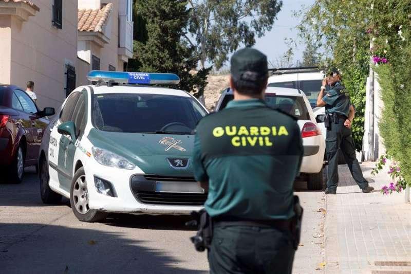 Agentes y vehículo de la Guardia Civil