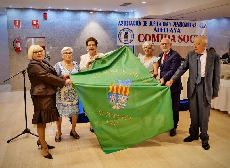 Entrega de la nueva bandera que ondeará en la Asociación de Jubilados de Alboraia