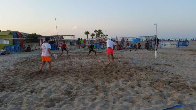 Varias personas juegan en la playa de Canet durante el verano de 2019. EPDA/Archivo