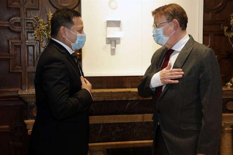 El president de la Generalitat, Ximo Puig (i) durante la reunión que mantenido con el presidente del Valencia CF, Anil Murthy,EFE/ Ana Avellana/GVA/
