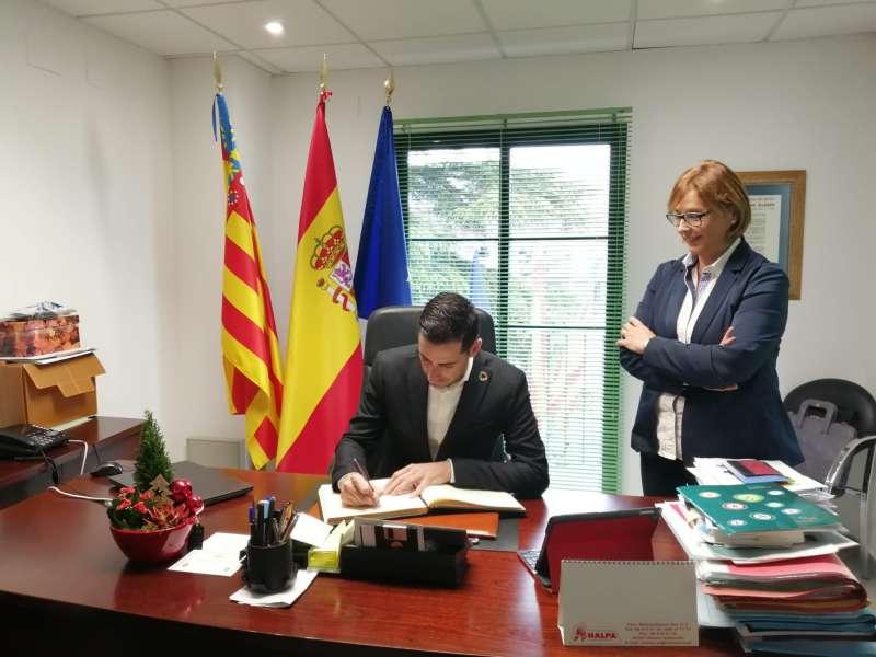 Bielsa firmando en el libro de honor del Ayuntamiento de Marines. / EPDA