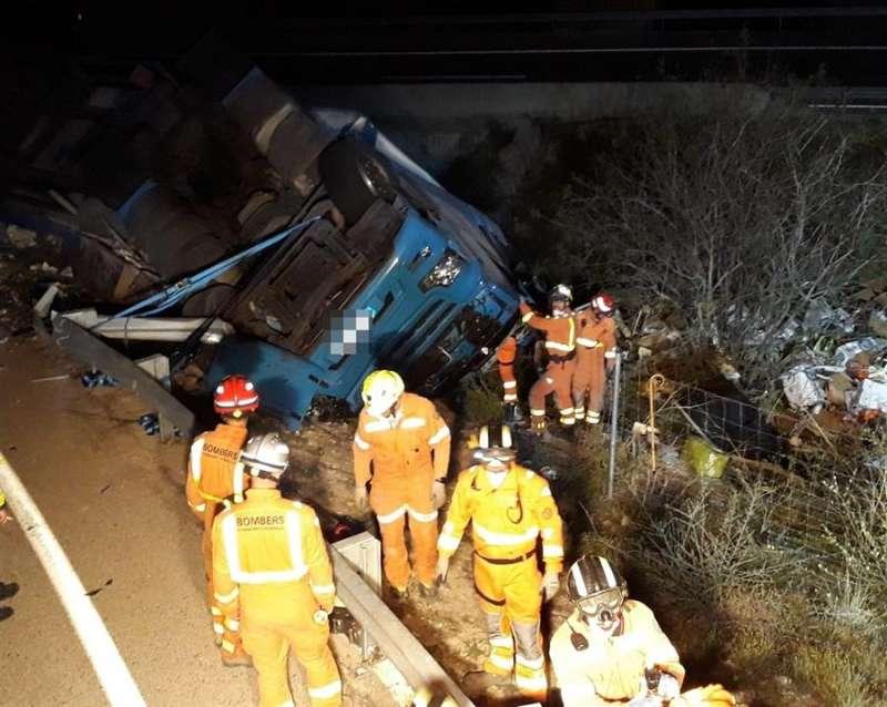 Los bomberos, trabajando en el lugar del accidente, en una imagen compartida por el Consorcio.