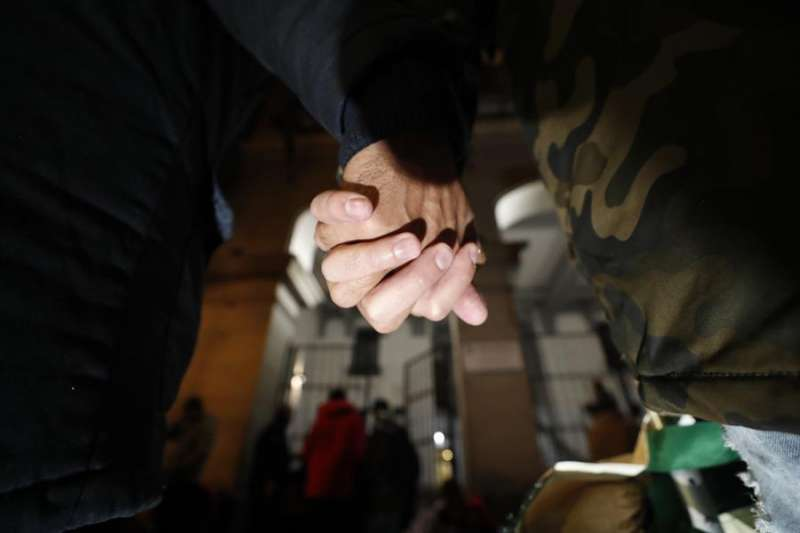 Una pareja de hombres pasea de la mano. EFE/Javier Lizón/Archivo