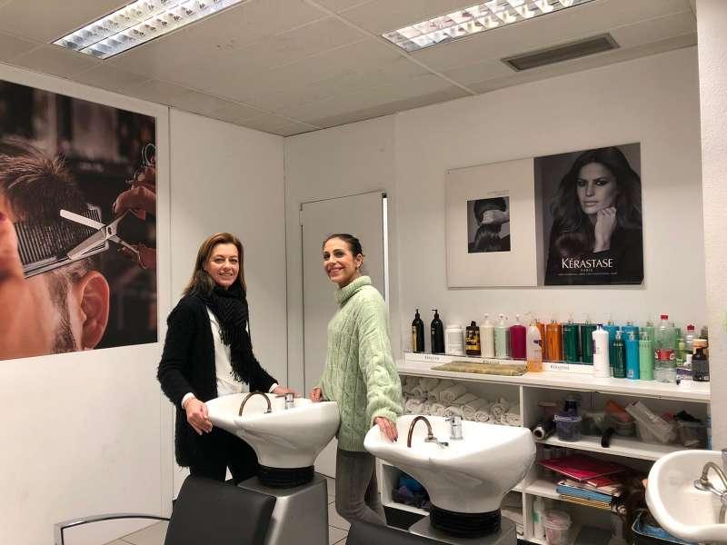 Núria Campos explicando el proyecto a la propietaria de una peluqueria de Paterna. epda