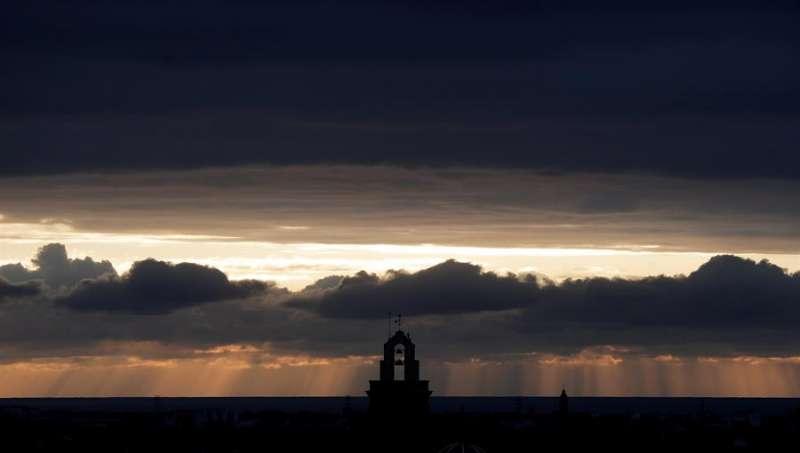 Vista general del amanecer nublado cuando la Agencia Estatal de Meteorología (Aemet) prevé para hoy, jueves, precipitaciones fuertes. EFE/Kai Försterling
