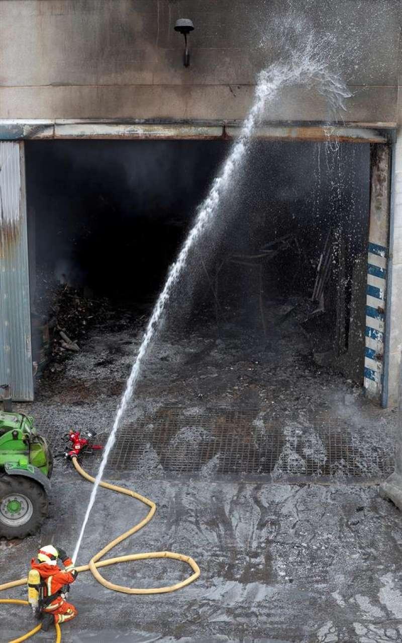Un bombero trabaja en un incendio industrial, en una imagen de archivo. EFE/Kai Försterling