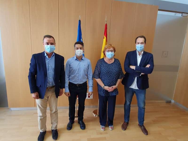 Los alcaldes con la delegada del Gobierno, Gloria Calero. / EPDA