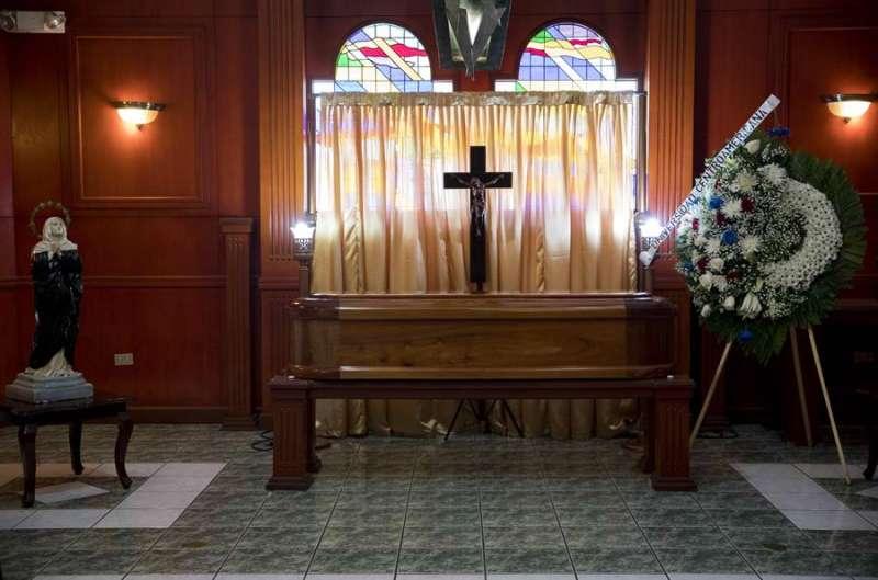 Fotografía de un ataúd durante un velatorio. EFE/Archivo