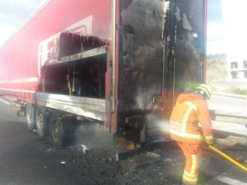 El camión incendiado en la A-3 en una imagen facilitada por el Consorcio Provincial de Bomberos de Valencia. EFE