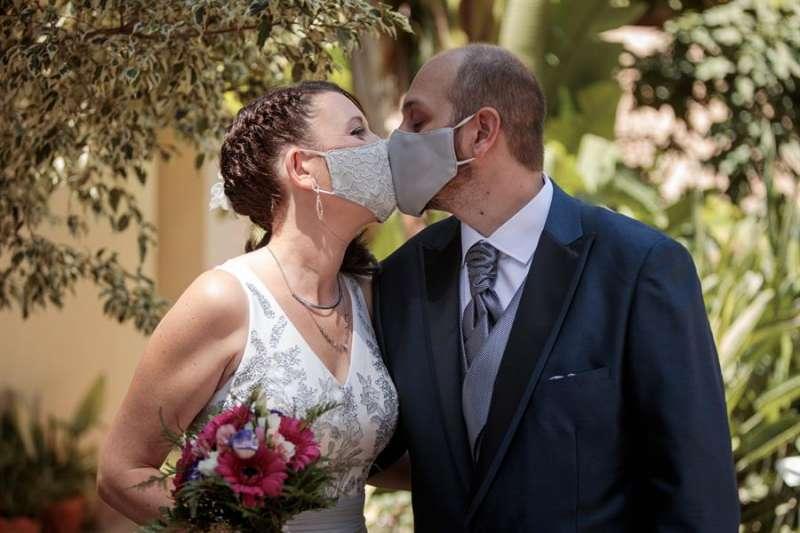 Una pareja se casa en València el día en que se retomaron las celebraciones canceladas por la covid-19. EFE