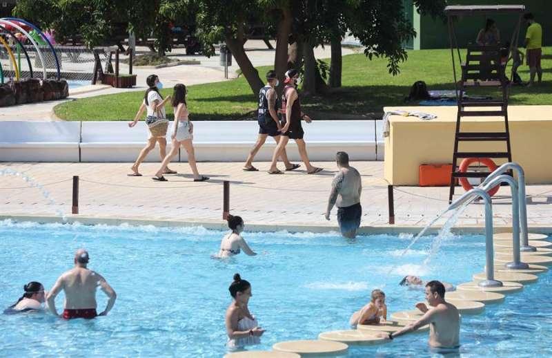 Imagen de archivo de varios bañistas en una de las piscinas de verano que abrieron el pasado 20 de junio en Valencia. EFE
