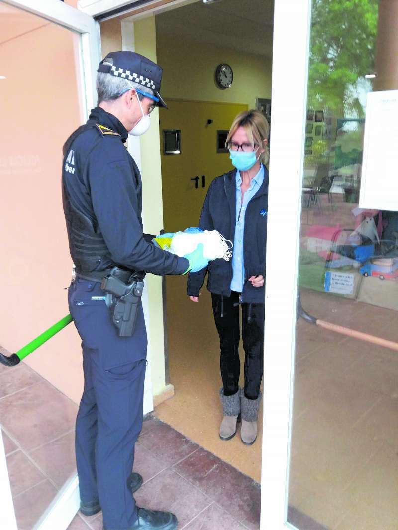 La Policía Local de San Antonio de Benagéber repartiendo mascarillas. / EPDA