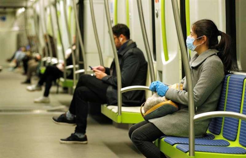Una mujer viaja, protegida con una mascarilla, en la Linea 2 de MetroValencia, en una imagen de estos días. EFE/Manuel Bruque