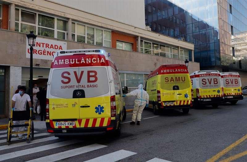 Entrada de urgencias del hospital Clínico de Valencia, al que fue llevado el trabajador fallecido. EFE