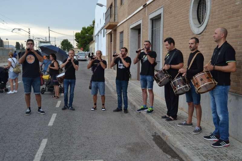 Los músicos acompañan a los alumnos en el inicio del curso en Albalat. / epda