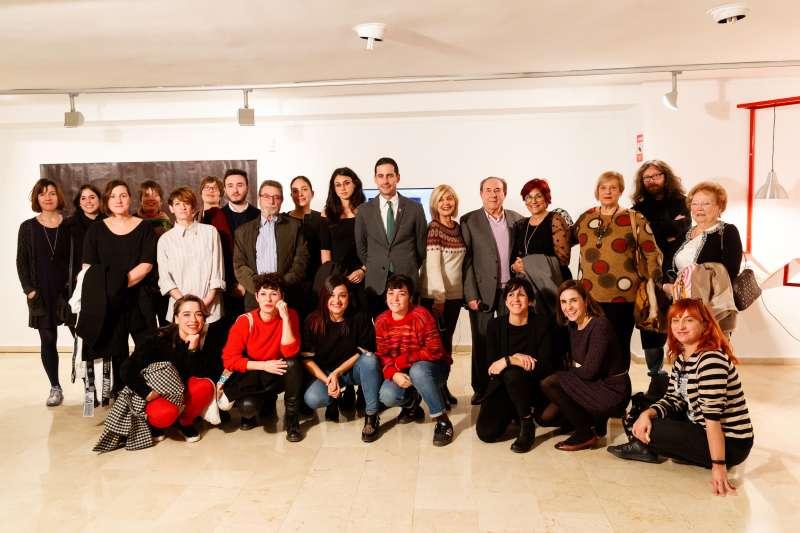 Foto de familia de artistas y jurado. EPDA