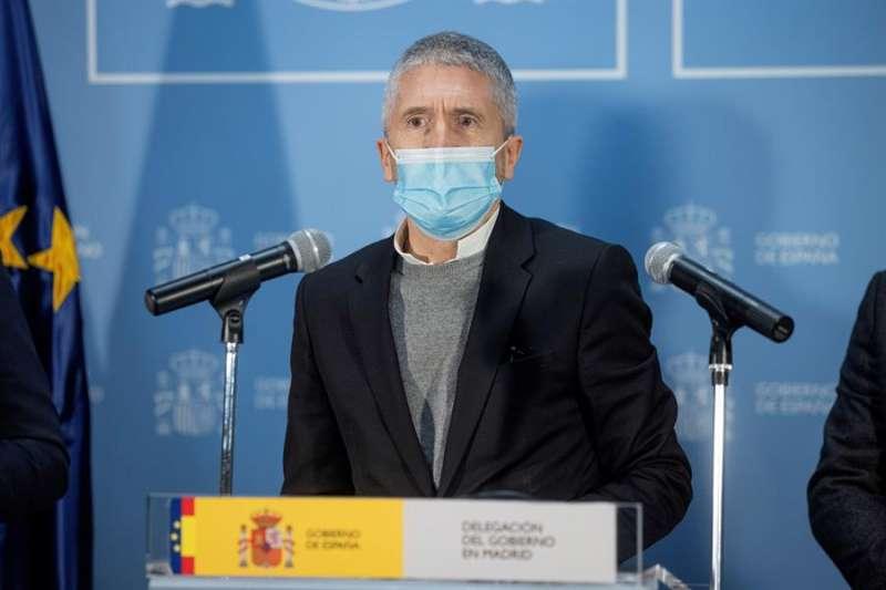 El ministro del Interior, Fernando Grande-Marlaska, ofrece una rueda de prensa tras la reunión del CECOD desde la Delegación del Gobierno en Madrid. EFE