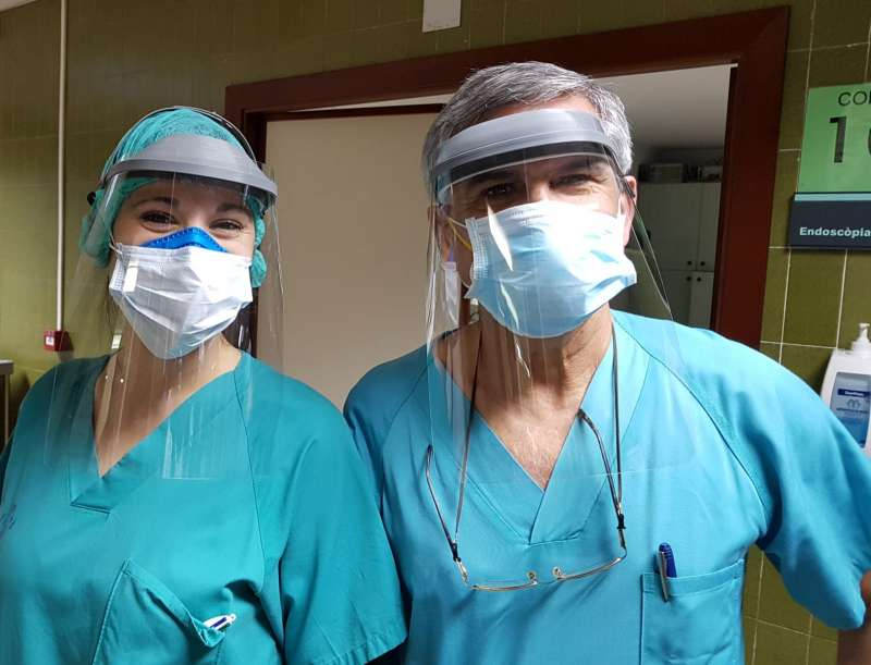 Personal del hospital utilizando las pantallas protectoras. EPDA