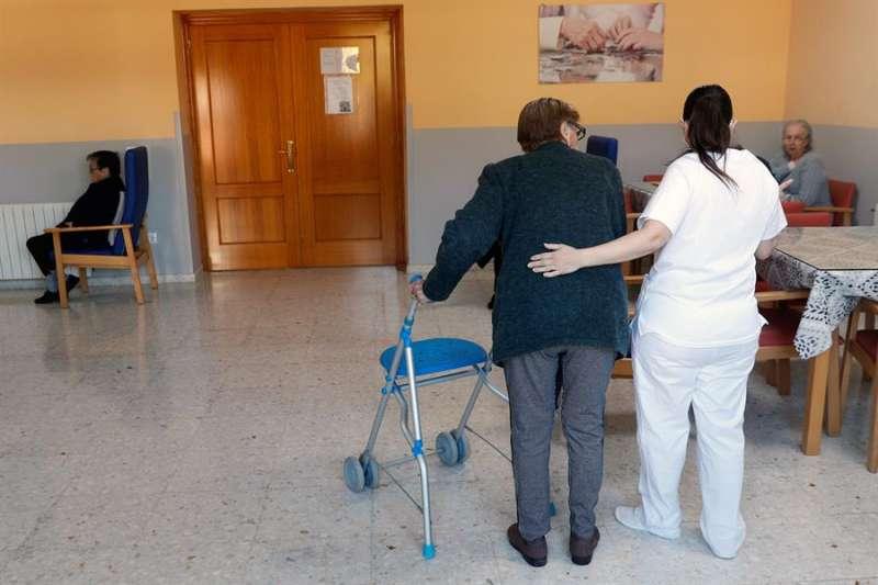Usuarios de la Residencia Casa Retiro El Salvador, en Torrent (Valencia), esperan la llegada de la segunda dosis de la vacuna contra el covid que se les administrará hoy a los 23 residentes y los 17 trabajadores. EFE/ Kai Försterling.