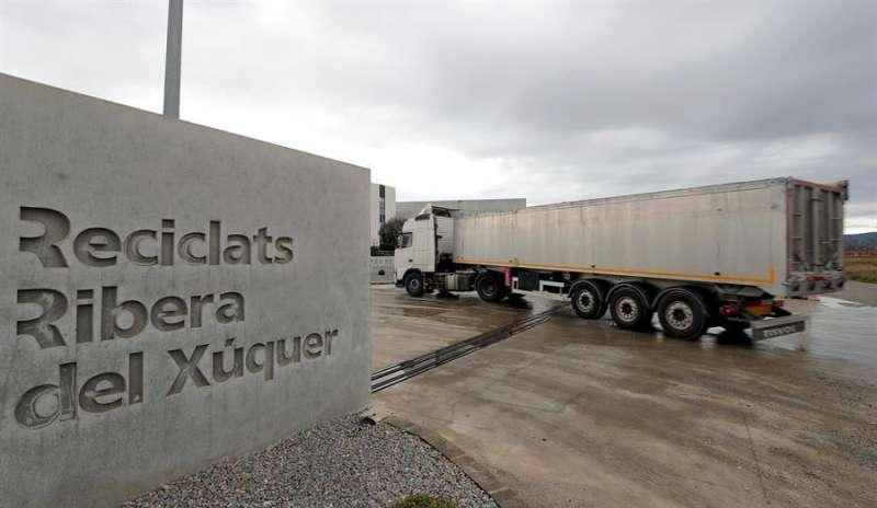 Un camión accede a la planta de reciclaje de Guadassuar. EFE
