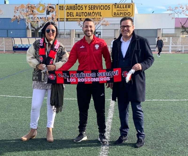 Álvaro Domínguez entrega les bufandes oficials del club a Isabel Campo i a l