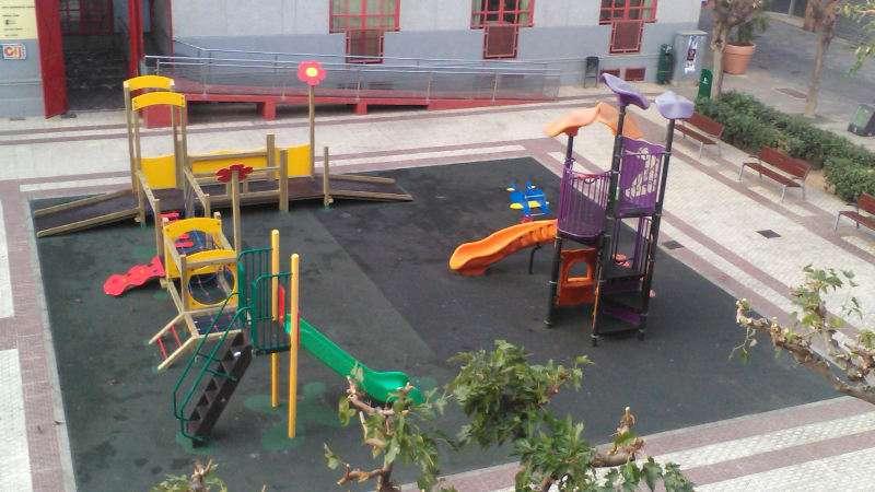 Parque infantil renovado en la plaza del País Valencià de Massanassa. EPDA