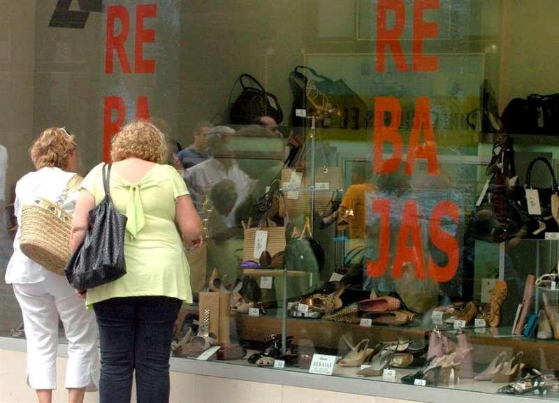 Dos señoras miran el escaparate de una zapatería. EFE/Archivo