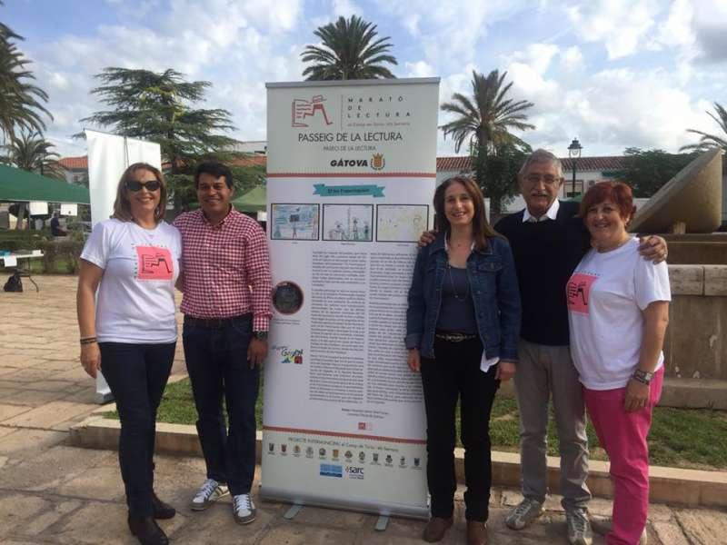 Celda y Ropero junto con otros participantes del Maratón de Lectura en Marines. //EPDA